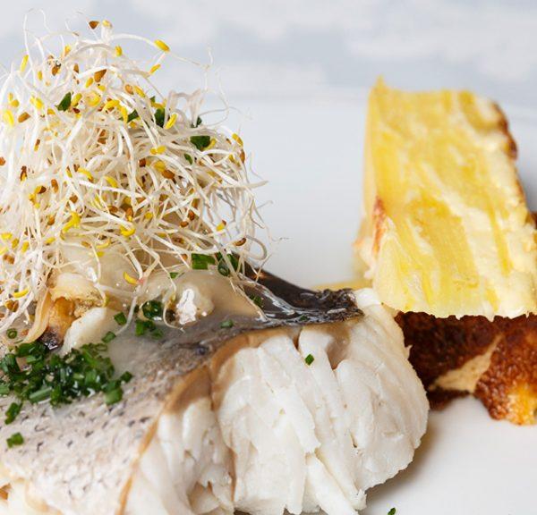 Merluza horneada con esencia de almejas y pastel de patata trufada